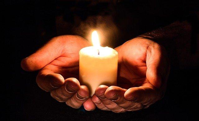svíčka v dlaních