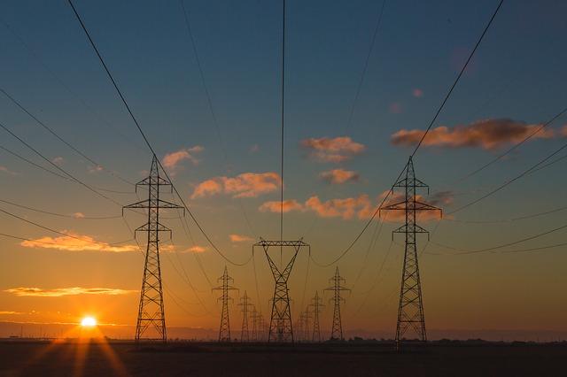 elektrické vedení za soumraku