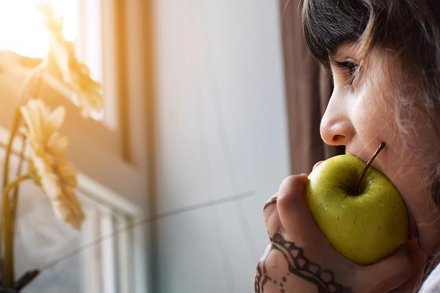 jíst jablko