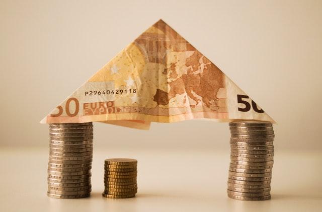 domeček z euro mincí a bankovky.jpg